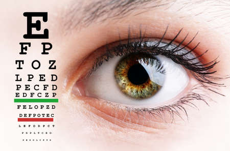 Photo pour Womans eye and eyesight vision exam chart - image libre de droit