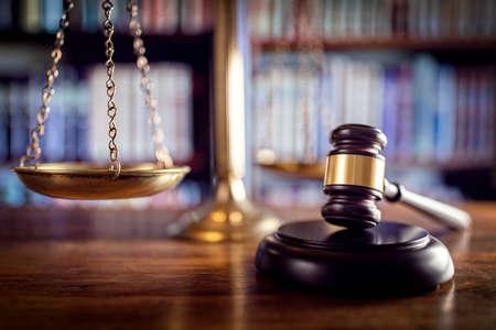 Foto de Judge gavel, scales of justice and law books in court - Imagen libre de derechos