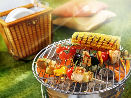 Photo pour Aerial view of corn cob and vegetarian barbecue on a grilling pan - image libre de droit