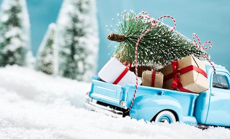 Photo pour Blue x mas truck bringign presents to all the kids - image libre de droit