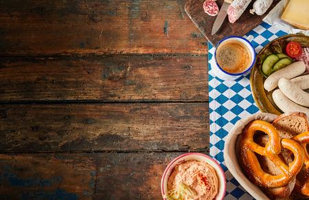 Foto de Variety of traditional Oktoberfest dishes such as hard sausage and homemade links - Imagen libre de derechos