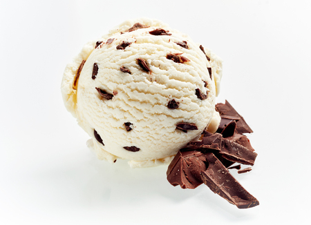 Photo pour Gourmet Italian stacciatella chocolate and vanilla ice cream with flakes of chopped candy and cacao beans as ingredients alongside isolated on white for advertising - image libre de droit