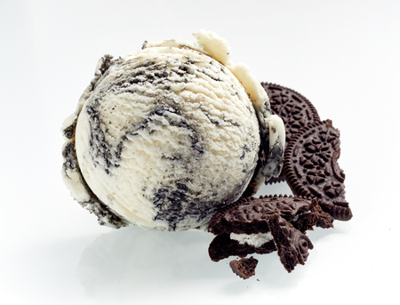 Photo pour Speciality American oreo ice cream with crushed cookies alongside as ingredients isolated on white showing the texture of the scoop - image libre de droit