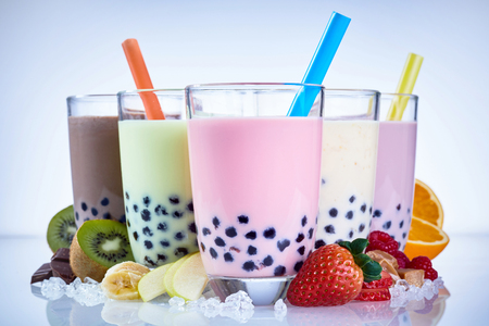 Photo pour Refreshing iced milky bubble tea with tapioca pearls made with fresh fruit ingredients including raspberry, strawberry, kiwi, orange, apple and banana - image libre de droit