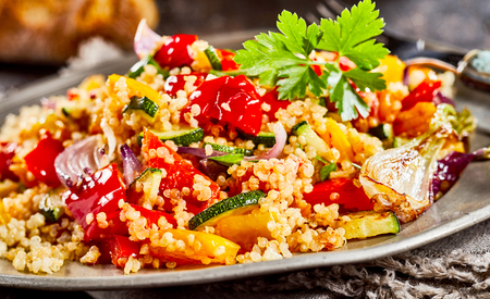 Foto de Tomato, onion, parsley mixed with quinoa served on plate - Imagen libre de derechos