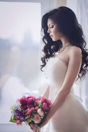Photo pour Beautiful bride with stylish make-up in white dress - image libre de droit