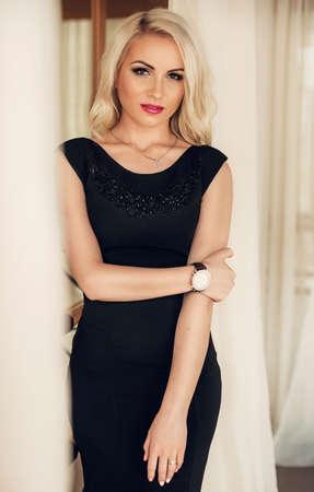 Photo pour Beautiful fashion model Woman with blonde hair, Red lipstick . - image libre de droit