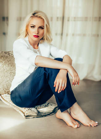 Photo pour Beautiful fashion model Woman with blonde hair, Red lipstick . - image libre de droit