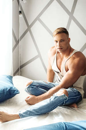 Photo pour Young sexy muscular man - image libre de droit