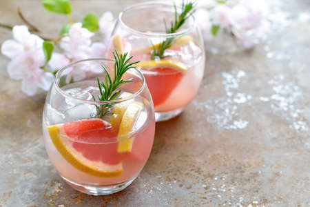 Photo pour Grapefruit and rosemary drink, alcohol or non-alcohol cocktail or infused water with ice - image libre de droit