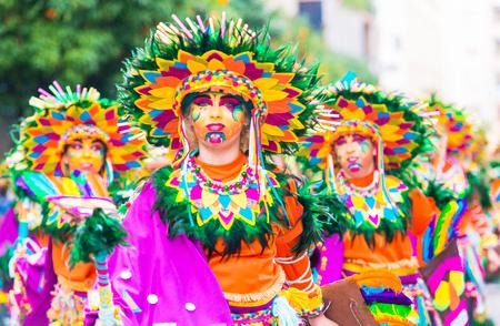 Foto de Badajoz, Spain, sunday. February.26. 2017 Participants in colorful costumes take part in the carnival parade in Badajoz 2017 - Imagen libre de derechos