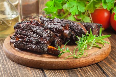 Foto de Baked pork spare ribs served on cutting board - Imagen libre de derechos