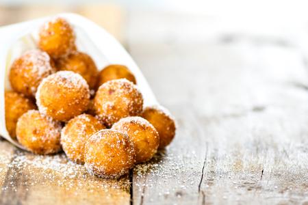 Photo pour Thai style snack, Kai Hong or Fried Sweet Potato Balls with sugar on wood background. - image libre de droit