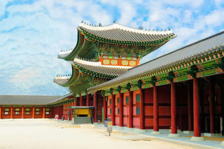 Foto de Gyeongbokgung Palace or Gyeongbok Palace against beautiful blue sky in Seoul, South Korea. - Imagen libre de derechos