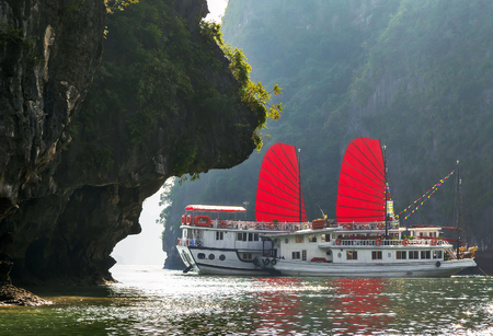 Photo pour Ha Long Bay Vietnam traditional boat red sail. Unesco World Most popular place. - image libre de droit