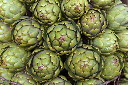 Photo pour Artishoke - Fresh artishokes an the market - image libre de droit