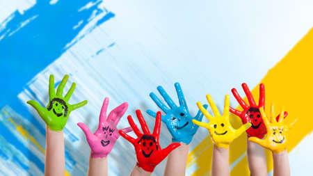 Foto de many colorful hands with smileys - Imagen libre de derechos