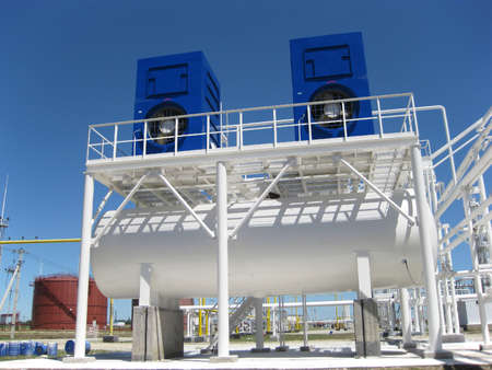 Photo pour water cooling tower. Equipment for primary oil refining. - image libre de droit