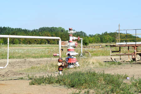 Photo pour Well for oil and gas production. Oil well wellhead equipment. Oil production. - image libre de droit