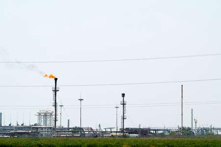 Foto de System of a torch on an oil field. Burning through a torch head. - Imagen libre de derechos