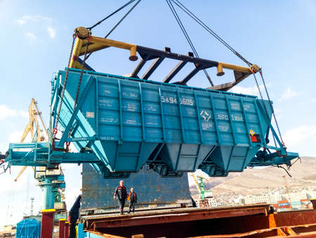 Foto per Novorossiysk, Russia - October 10, 2017: Wagon of the hopper for unloading on a cargo ship. Lifting operations in the port. - Immagine Royalty Free