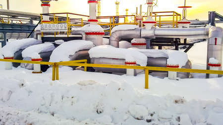 Photo pour Node of valves on oil pipelines. Stop valves in the snow. Reducers on the valves - image libre de droit