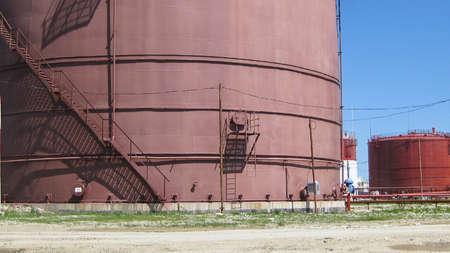 Photo pour Storage tanks for petroleum products. Equipment refinery. - image libre de droit