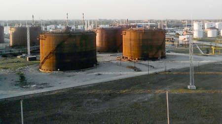 Photo pour Tank the vertical steel. Oil refinery. Equipment for primary oil refining. - image libre de droit