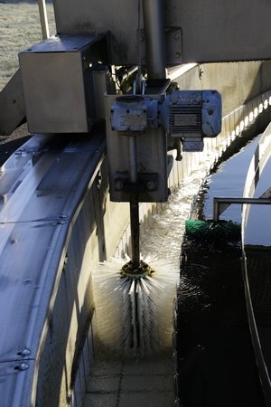 Foto de Channel brush in the post-treatment tank of a sewage plant in operation - Imagen libre de derechos