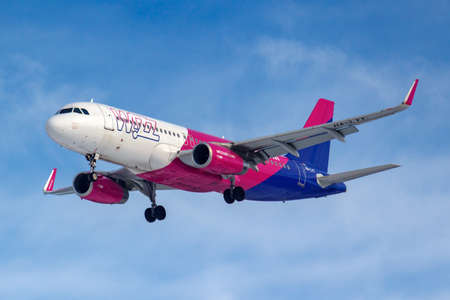 Foto de Moscow, Russia - March 14, 2019: Aircraft Airbus A320-200 HA-LYT of Wizz Air going to landing at Vnukovo airport in Moscow on a blue sky background at sunny morning - Imagen libre de derechos