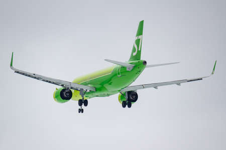 Foto de Moscow, Russia - March 17, 2019: Aircraft Airbus A320-271N VQ-BCF of S7 - Siberia Airlines going to landing at Domodedovo international airport in Moscow against gray sky on a cloudy day - Imagen libre de derechos