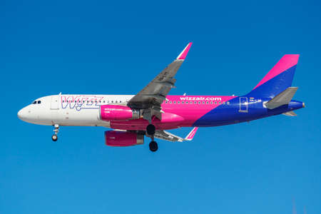 Foto de Moscow, Russia - March 26, 2019: Aircraft Airbus A320-232(WL) HA-LYT of Wizz Air against blue sky in sunny morning going to landing at Vnukovo international airport in Moscow - Imagen libre de derechos