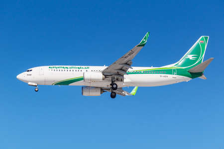 Foto de Moscow, Russia - March 26, 2019: Aircraft Boeing 737-81Z(WL) YI-ASV of Iraqi Airways against blue sky in sunny morning going to landing at Vnukovo international airport in Moscow - Imagen libre de derechos