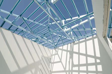 Foto de Structure of steel roof frame for construction. - Imagen libre de derechos