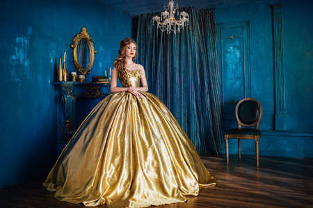 Photo pour Beautiful woman in a ball gown - image libre de droit