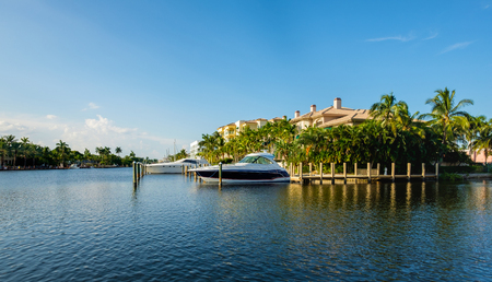 Photo pour Scenic view of the Fort Lauderdale Intracoastal Waterway along Las Olas Boulevard. - image libre de droit