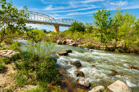 Photo pour The rustic Highway 71 bridge over the Llano River in the small Texas Hill Country town of LLano. - image libre de droit