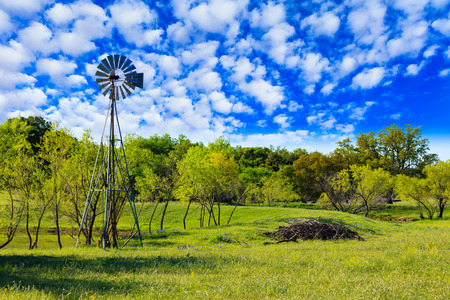 Photo pour Pretty Texas Hill Country ranch with a windmill. - image libre de droit
