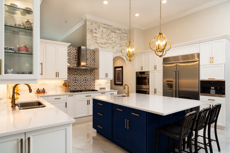 Photo pour Beautiful luxury home kitchen with white cabinets. - image libre de droit