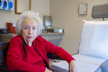 Photo pour Elderly 80 plus year old woman in a medical office setting. - image libre de droit
