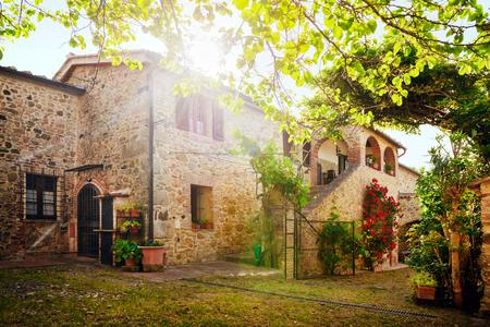 Photo pour Traditional Italian villa, Tuscany, Italy - image libre de droit