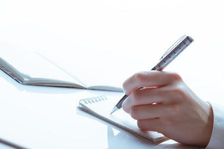 Photo pour female business hand with pen. studio shot - image libre de droit