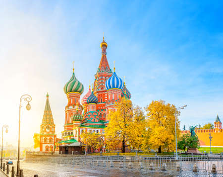 Photo pour Moscow, panorama of St. Basil's Cathedral at bright sunset, tourist attractions of Russia - image libre de droit