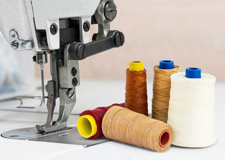Photo pour Sewing machine and bobbins of thread for textile industry - image libre de droit