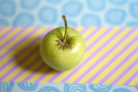 Foto de Green apple on colored background - Imagen libre de derechos