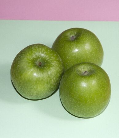Foto de Green apples on colored background - Imagen libre de derechos