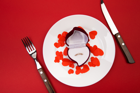 Photo pour Box witha ring, table setting on a red background. Concept Valentine's Day. - Image - image libre de droit