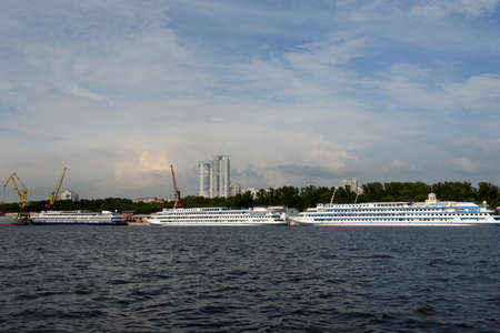 Foto de Cruise ships are moored at the Northern River Station at the Khimki Reservoir in Moscow. - Imagen libre de derechos