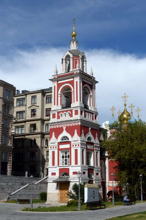 Foto de The belltower of the church of St. George the Victorious on the Pskov mountain from the park Zaryadye in Moscow - Imagen libre de derechos