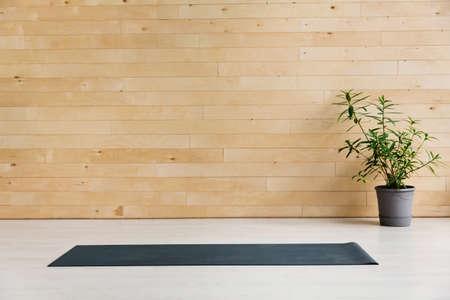 Photo pour Empty yoga mat on the floor. Equipment for yoga. Concept healthy lifestyle - image libre de droit
